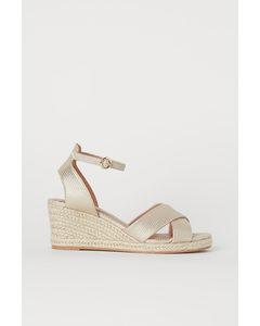 Sandaletten mit Keilabsatz Goldfarben