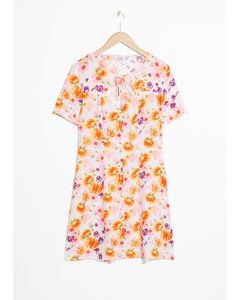 Blommig mini-klänning vit