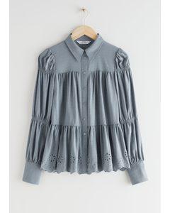 Gestufte Bluse mit besticktem Muschelsaum Grau