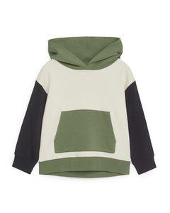Hoodie im Color-Blocking-Design Cremeweiß/grün/dunkelblau