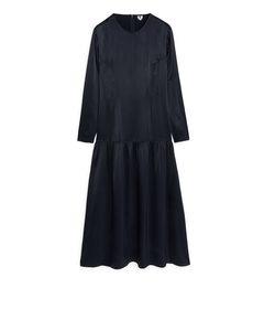 Satin-Kleid mit tief angesetzter Taille Dunkelblau
