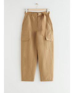 Lockere Hose mit Gürtel und Utility-Taschen Beige