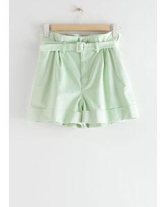 Shorts mit Paperbag-Taille und Gürtel Grün