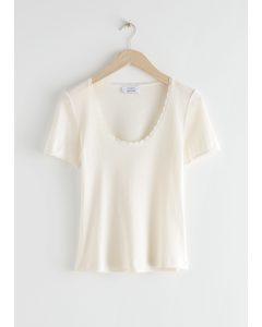 Geripptes T-Shirt mit Spitzenbesatz Weiß