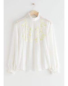 Transparente, locker sitzende Bluse mit Stickerei Weiß