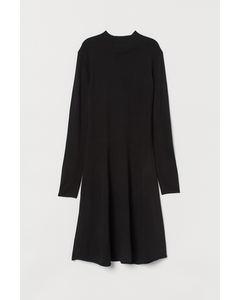 Gebreide jurk met turtleneck Zwart