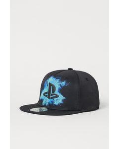 Cap mit Motiv Schwarz/PlayStation