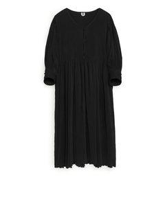 Crinkle-Kleid mit weiter Passform Schwarz